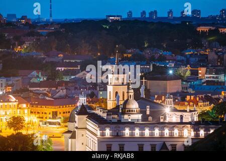 Vilnius, Lituanie, Europe de l'Est. Vue aérienne du centre ville historique en bleu heure après le coucher du soleil. Billet d'avis de la vieille ville de nuit