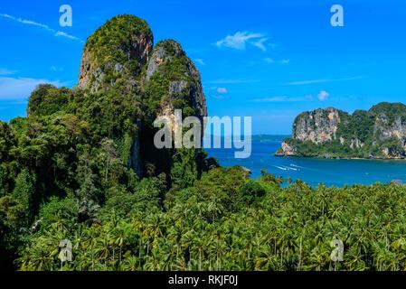 Belle vue sur l'ouest de la plage de Railay view point. Plage tropicale avec des formations de roche karstique sur la Paradise Coast - Railay, Krabi, Thaïlande.