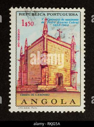 ANGOLA - 1968: timbres en Angola montre un vieux bâtiment, 1968. Banque D'Images