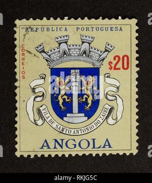 ANGOLA - circa 1970: timbres en Angola montre deux lions sur un bouclier, 1970. Banque D'Images