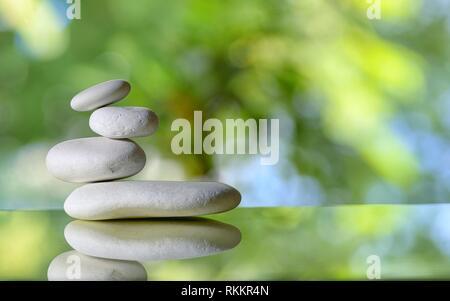 Pile de pierres blanches avec réflexion. Banque D'Images