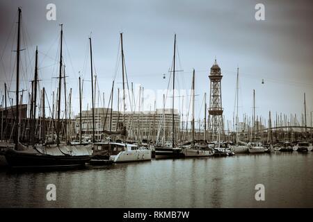 Bateaux ancrés dans le port. Vieux Port, Vieux Port, Port Vell. Rambla del Mar Pont, immeuble du World Trade Centre et Tour de Téléphérique dans les