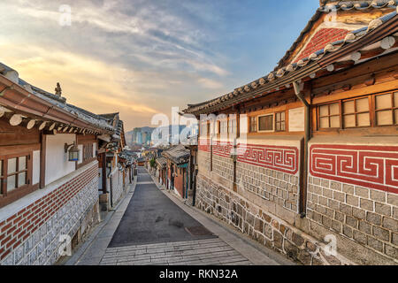 Séoul Corée du Sud, le lever du soleil sur les toits de la ville au village de Bukchon Hanok Banque D'Images