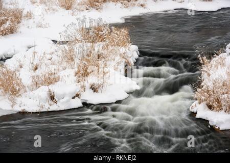 Le ruisseau Junction au début de l'hiver avec de la neige fraîche, le Grand Sudbury, Ontario, Canada. Banque D'Images