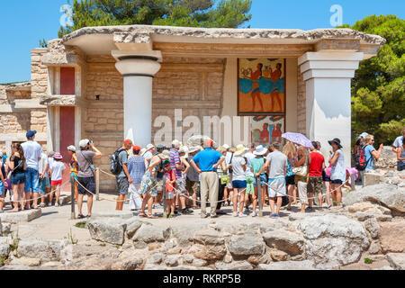 Groupe touristique sur une visite guidée dans le palais de Knossos près de South Propylaeum avec procession en plein air. Héraklion. Crète, Grèce Banque D'Images