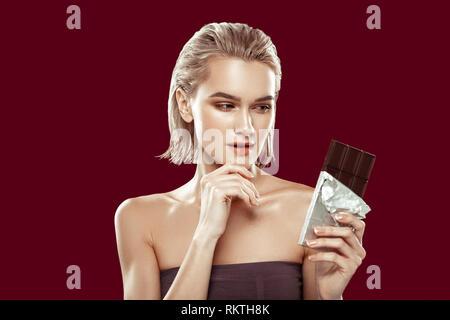Modèle prenant part à une alimentation saine à la campagne de chocolate Banque D'Images