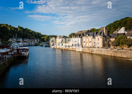 Dinan, France - Juillet 23, 2018: Avis de la Rance et le port de la ville de Dinan, Bretagne Banque D'Images