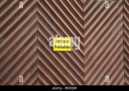 Gate / Inscription sur la porte en allemand: garder la sortie clair Banque D'Images