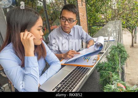 Les jeunes employés discutent à propos de business report Banque D'Images
