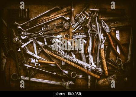 Vieux différents types d'outils et de touches sur sac de jute Banque D'Images