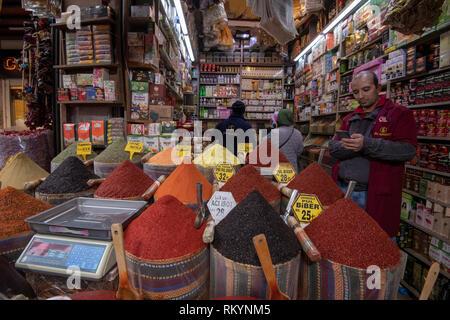 De grands pots d'épices colorés à vendre dans le Grand Bazar à Istanbul en Turquie. Banque D'Images