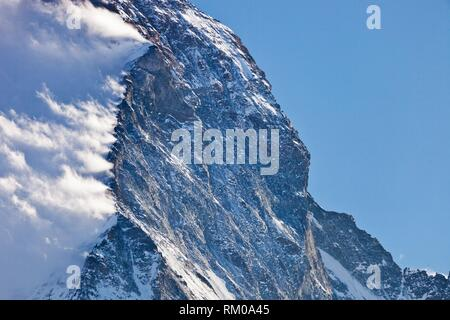La Suisse, Canton du Valais, Zermatt, Mont Cervin, la crête de Hornli et à l'Est font face à la neige soufflée par le vent de la crête. Banque D'Images