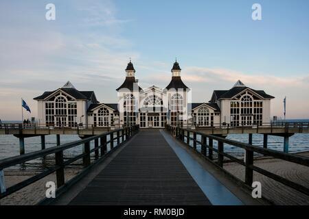 Retour de la jetée historique de Binz sur Rügen en Allemagne avec pont en bois Banque D'Images