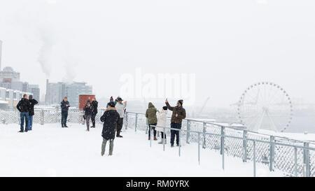 Seattle, Washington: les visiteurs se réunissent à l'MarketFront Pike Place comme une forte tempête hivernale des couvertures la ville en six pouces de neige. Banque D'Images