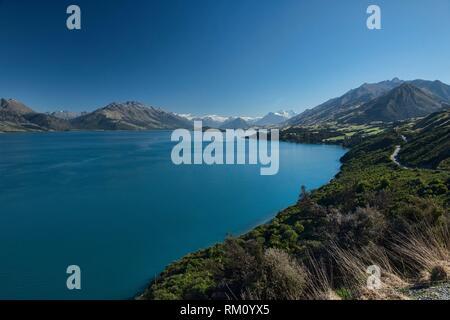 Vues vers la vallée de Dart et Mount Earnslaw à travers le lac Wakatipu, vu de Bennett's Bluff, île du Sud, Nouvelle-Zélande. Banque D'Images