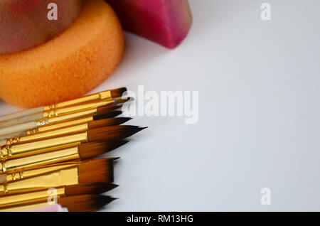Maquillage, brosses et éponges pour le visage Peinture sur fond blanc. Les enfants concept Banque D'Images