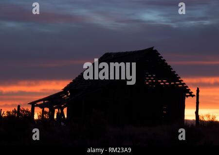 Ranch abandonné le lever du soleil, San Juan County, Utah. Banque D'Images