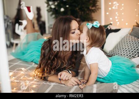 Mère embrassant sa fille. Concept de la famille, de la maternité.