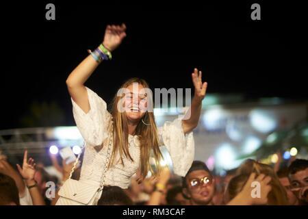 Woman enjoying Party crowd at music festival Starbeach sur 13. Août 2018 à Chersonissos, Crète, Grèce Banque D'Images