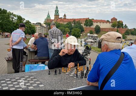 Joueurs d'échecs sur le trottoir le long de la Vistule, au pied du château de Wawel, province de Malopolska (Petite Pologne), la Pologne, l'Europe centrale. Banque D'Images