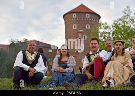 Comédiens lors d'une foire de la Renaissance assis sur le trottoir le long de la Vistule, au pied du château de Wawel, province de Malopolska (petite Banque D'Images