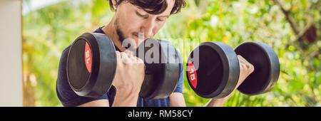 Formation de bicep - poids à l'extérieur de l'homme remise en forme lifting du bras faisant haltères biceps. Modèle sport masculin exerçant à l'extérieur dans le cadre Banque D'Images