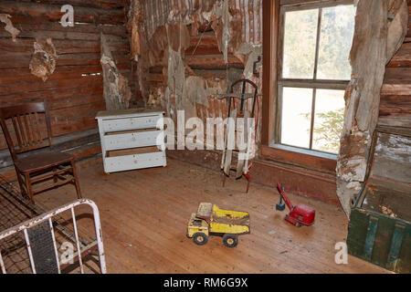Les jouets dans la chambre de l'Adams house dans la ville fantôme de Garnet, Montana Banque D'Images