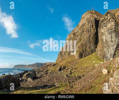 Paysage magnifique vue sur les falaises de basalte Carsaig et colonnes sur l'île de Mull sur un beau jour d'hiver, l'Ecosse Banque D'Images