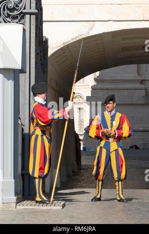 Des soldats de la Garde Suisse pontificale, la Basilique St Pierre, San Pietro in Vaticano, Basilique Papale de Saint Pierre au Vatican, Rome, Italie Banque D'Images