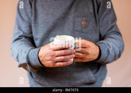 Mains tenant une tasse à café Banque D'Images
