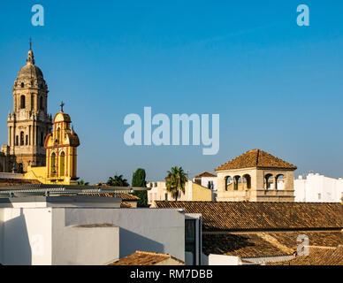 Vue sur les toits et clocher carrelée, Basilique Cathédrale, Malaga, Andalousie, Espagne