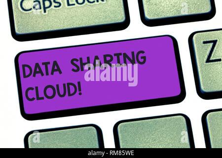 Texte de l'écriture écriture du partage de données Cloud. En utilisant les technologies internet sens Concept pour partager des fichiers entre les utilisateurs du clavier l'intention de créer Banque D'Images