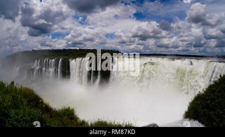 Chutes d'Iguaçu, à la frontière de l'Argentine et le Brésil en font la plus grande cascade du monde. S'attendre à voir beaucoup de looks différents. Banque D'Images