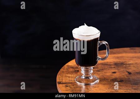 Cocktail Café irlandais Whiskey chaud sur une table Banque D'Images