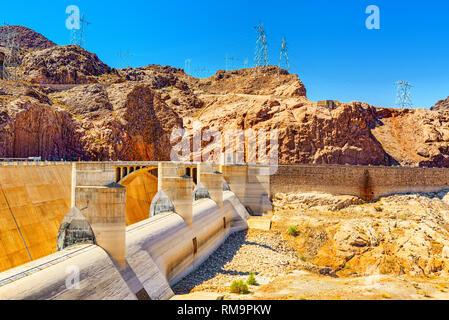 Étonnante et célèbre barrage Hoover au lac Mead, à la frontière du Nevada et de l'Arizona, USA.