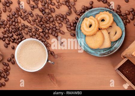 Le café dans une tasse d'époque, tourné par le haut avec des grains de café et biscuits danois, avec une place pour le texte Banque D'Images