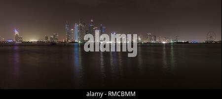 Gratte-ciel de Dubai Marina dans la nuit. Les lumières de l'édifices modernes se reflètent dans le golfe Persique mer en face des bâtiments Banque D'Images
