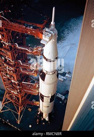 La fusée de lancement de la mission Apollo 14, la Saturn V, sur l'aire de lancement quand il quitte le bâtiment d'assemblage. Apollo 14 (31.01.-09.02.1971) a atterri dans la région de Fra Mauro, la destination de l'annulation de la mission Apollo 13. Banque D'Images