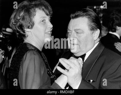 Le ministre bavarois Président et candidat de chancelier de l'Union, Franz Josef Strauss, il danse avec sa femme Marianne Strauss à l'occasion de l'attribution du Karl-Valentin-ordre des Narrhalla à Bruno Kreisky, chancelier fédéral d'Autriche. Banque D'Images
