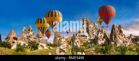 Photos et images de montgolfières au château d'Uchisar et maisons troglodytes dans la cheminée de fées d'Uchisar, près de Göreme, Cappadoce, Nevsehir, Turquie Banque D'Images