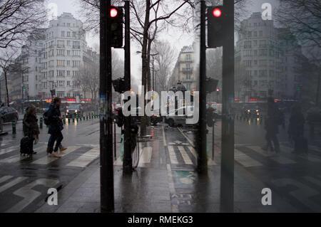 Les personnes qui traversent la ville sur la route dans la rue, la neige et l'hiver, le boulevard Magenta, près de la Gare du Nord, 75010 Paris, France Banque D'Images
