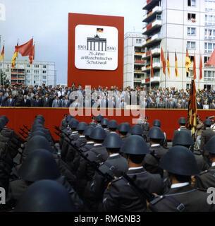 """Le stand VIP aux Célébrations de la """"25 ans du mur de Berlin"""". Dans la première ligne, les membres du Bureau politique du SED, Erich Honecker (y compris sur la gauche à côté de la pupitre). Au premier plan, des soldats de l'ANB, dans le cadre d'une parade militaire. Banque D'Images"""