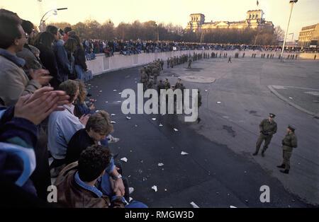 Des milliers de résidents de l'Est et l'ouest de Berlin de célébrer l'ouverture de la frontière le Mur de Berlin à la porte de Brandebourg. Gardes-frontière de la RDA d'empêcher les gens d'entrer dans la zone réservée à la place en face de la porte de Brandebourg et la Pariser Platz. Banque D'Images