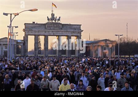 L'exemption de visa touristique pour les résidents de l'Allemagne de l'Ouest devient possible entre la RDA et la RFA après de longues négociations le 24 décembre 1989. L'échange obligatoire minimale à la frontière a été également. Des milliers de personnes de Berlin et les visiteurs profiter de la nouvelle réglementation pour un voyage de Noël à la porte de Brandebourg. La Pariser Platz est devenue accessible au public pour la première fois depuis que le mur a été construit. Banque D'Images
