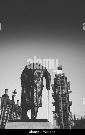 Juxtapostion de Big Ben face à la statue de Winston Churchill, Londres UK - grain ajouter intentionnellement pour l'effet. Banque D'Images