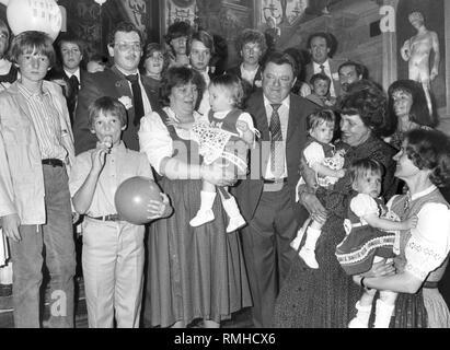 Franz Josef Strauss (3e à partir de la droite) et son épouse Marianne Strauss (2e depuis la droite) Bienvenue la famille Glaser de Buchenwald près du Kempten dans l'Antiquarium de la Residenz Munich. Sur la gauche, les deux fils Werner Glaser et Fritz Glaser, à côté d'eux, les parents. Dans les bras de la femme les triplets Bianca Glaser, Ramona Glaser et Tanja Glaser Banque D'Images