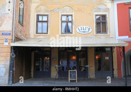 Lily's café/restaurant dans la vieille ville de Sibiu, sur la Piata Mica, en Transylvanie, Roumanie Banque D'Images