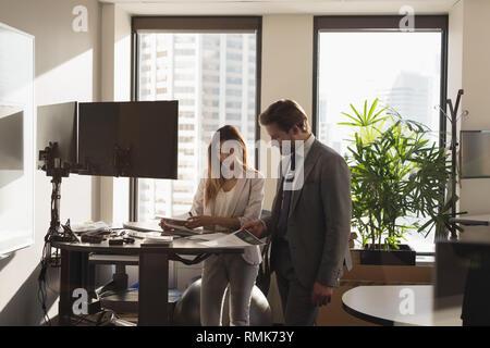 Les gens discuter sur des documents dans le bureau Banque D'Images
