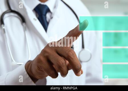 Close-up de l'homme médecin indien main appuyant sur le bouton avec l'index sur l'écran tactile transparent comme concept futuriste