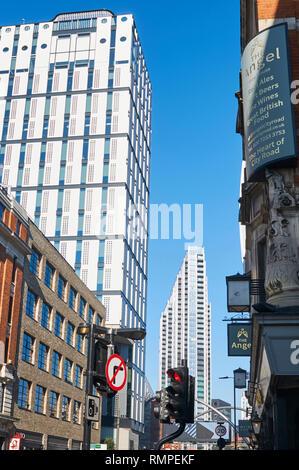 Nouveaux immeubles sur City Road, London UK, à au nord vers la vieille rue rond-point Banque D'Images